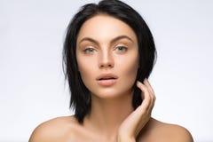 秀丽查出的纵向白色 接触她的面孔的美丽的温泉妇女 完善的新鲜的皮肤 纯净的模型 青年和关心概念 图库摄影