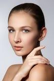 秀丽查出的纵向白色 接触她的面孔的美丽的温泉妇女 完善的新鲜的皮肤 纯净的秀丽模型女孩 青年时期和护肤概念 库存图片
