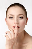 秀丽查出的纵向白色 涉及她的嘴唇的美丽的妇女 完善的Fres 库存图片