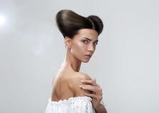 秀丽查出的纵向白色 深色的模型 青年和皮肤Care.Beauty画象妇女 概念发型 库存图片