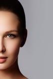 秀丽查出的纵向白色 美丽的温泉妇女 完善的新鲜的皮肤 纯净的B 免版税库存照片