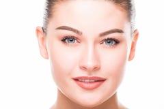 秀丽查出的纵向白色 美好温泉妇女微笑 完善的新鲜的皮肤 纯净的秀丽模型 青年时期和护肤概念 免版税图库摄影