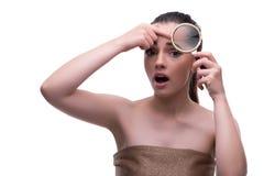 秀丽概念的妇女与放大镜老化起皱纹 免版税库存照片