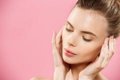 秀丽概念-有干净的新皮肤关闭的美丽的妇女在桃红色演播室 护肤Face.Fresh健康皮肤Face.Young女孩用新鲜的黄瓜 整容术 图库摄影