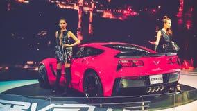 秀丽模型和红色薛佛列轻武装快舰汽车在显示在越南汽车展示会2017年 免版税库存照片