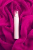 秀丽浪花(湿剂)在桃红色(紫色) vapory布料 库存图片
