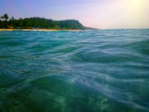秀丽海岛,从水表面的看法 免版税库存图片