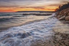 秀丽海流出海滩用行动迷离水和的波浪 免版税库存图片