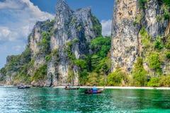 秀丽海滩和石灰石岩石 免版税库存照片