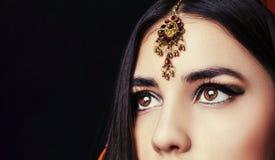 秀丽深色的印地安妇女画象 有棕色眼睛的印度式样女孩 特写镜头 库存照片