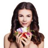 秀丽温泉 有被隔绝的卷发和花的健康妇女 图库摄影