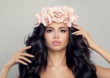 秀丽温泉 花花圈的美丽的妇女 图库摄影