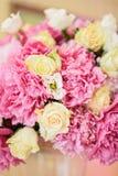 秀丽牡丹和玫瑰 免版税库存图片