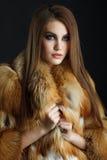 秀丽狐狸皮大衣的时装模特儿女孩 库存图片