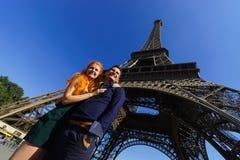 秀丽白种人夫妇在巴黎 免版税库存图片