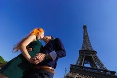 秀丽白种人夫妇在巴黎 免版税库存照片