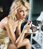 秀丽白肤金发的中断午餐 免版税库存图片