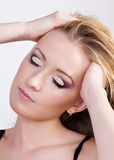 秀丽白肤金发的华美的纵向年轻人 免版税库存图片