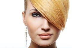 秀丽白肤金发的发型 免版税库存图片