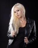 秀丽白肤金发的女孩夹克皮革 免版税库存图片