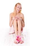 秀丽白肤金发的女孩百合粉红色温泉 图库摄影