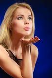 秀丽白肤金发的妇女吹的亲吻 免版税图库摄影