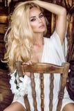 秀丽白肤金发的妇女画象有完善的面孔的在春天白色礼服 免版税库存图片