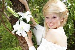 秀丽白肤金发的愉快的纵向妇女年轻&# 图库摄影