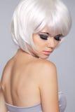 秀丽白肤金发的时尚女孩模型画象 短的金发 眼睛 库存照片