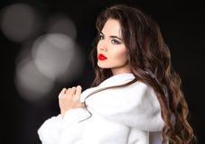 秀丽白色貂皮皮大衣的时装模特儿女孩 红色嘴唇makeu 免版税库存照片