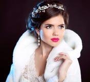 秀丽白色貂皮皮大衣的时装模特儿女孩 美丽的Luxu 图库摄影