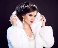 秀丽白色貂皮皮大衣的时装模特儿女孩 美丽的Luxu 免版税库存图片