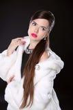 秀丽白色貂皮皮大衣的时装模特儿女孩 豪华冬天 库存图片
