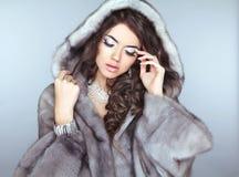 秀丽皮大衣的时装模特儿女孩,美丽的深色的妇女 免版税库存照片