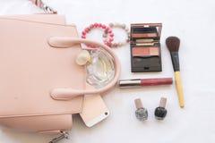 秀丽皮肤面孔集合化妆用品构成和准备放松五颜六色的妇女旅行  免版税库存图片