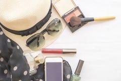 秀丽皮肤面孔集合化妆用品构成和准备放松妇女旅行  库存图片