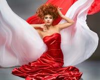 秀丽礼服红发方式的女孩 免版税库存图片