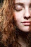 秀丽纵向红头发人 库存图片