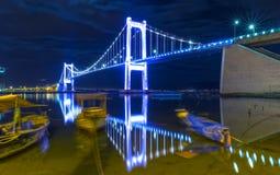 秀丽缆绳停留了桥梁Thuan在河反射的Phuoc 库存图片