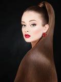 秀丽美丽的妇女时尚画象有长的健康海氏的 免版税库存图片