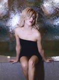 秀丽美丽的性感的妇女特写镜头画象抽象模糊的背景的 免版税库存照片