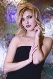秀丽美丽的性感的妇女特写镜头画象抽象模糊的背景的 图库摄影