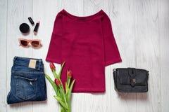 秀丽蓝色聪慧的概念表面方式构成妇女 褐红的上面 春天衣橱 木背景 免版税库存图片