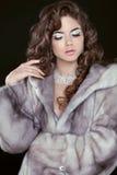 秀丽蓝色貂皮皮大衣的时装模特儿女孩 美丽的Luxur 免版税图库摄影