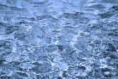 秀丽蓝色黑暗的强烈的水 库存图片