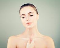 秀丽表面妇女年轻人 护肤概念 免版税库存图片
