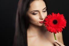 秀丽表面方式组成妇女 一个美好的年轻女性模型的特写镜头与软的光滑的皮肤和专业面部构成的 性画象  图库摄影