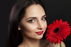 秀丽表面方式组成妇女 一个美好的年轻女性模型的特写镜头与软的光滑的皮肤和专业面部构成的 性画象  免版税库存图片