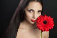 秀丽表面方式组成妇女 一个美好的年轻女性模型的特写镜头与软的光滑的皮肤和专业面部构成的 性画象  库存照片