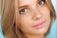 秀丽表面 有充分的嘴唇的美丽的妇女有糖嘴唇的洗刷 图库摄影